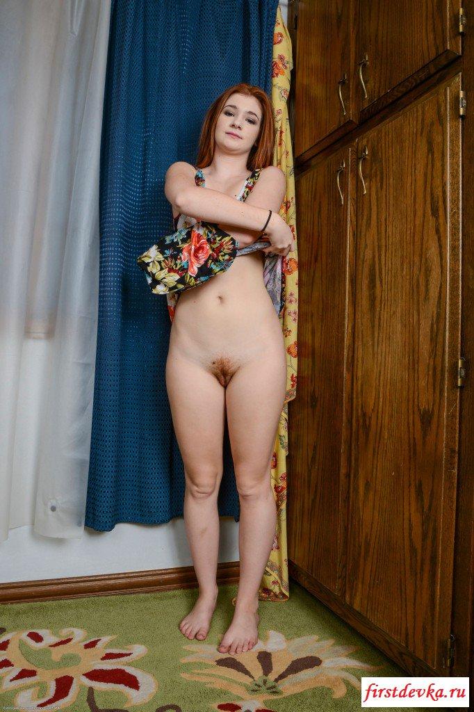 Похотливая сучка светит мохнатой вульвой