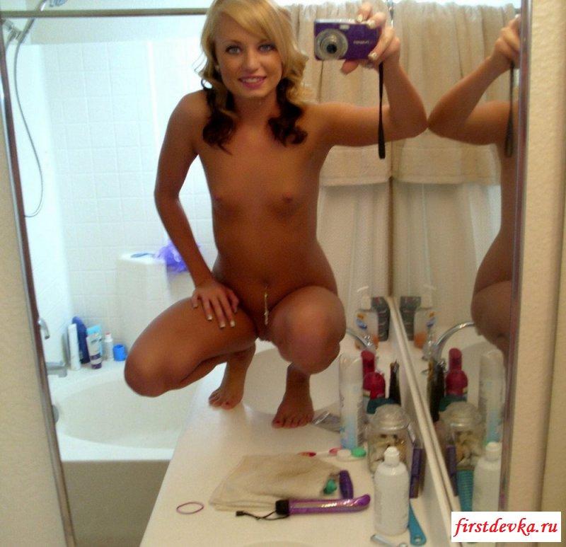 Голые шалавы красуются у зеркала на фотографиях смотреть эротику