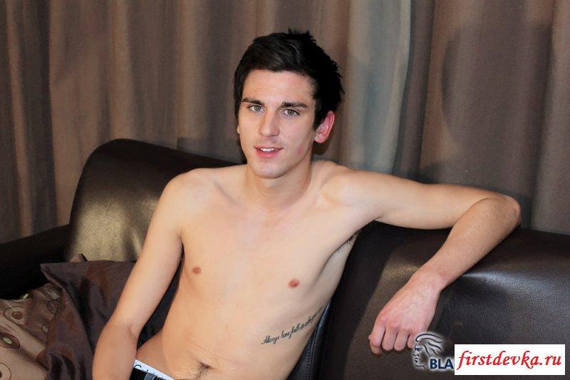 Сексуальный красавчик и его голый писюн