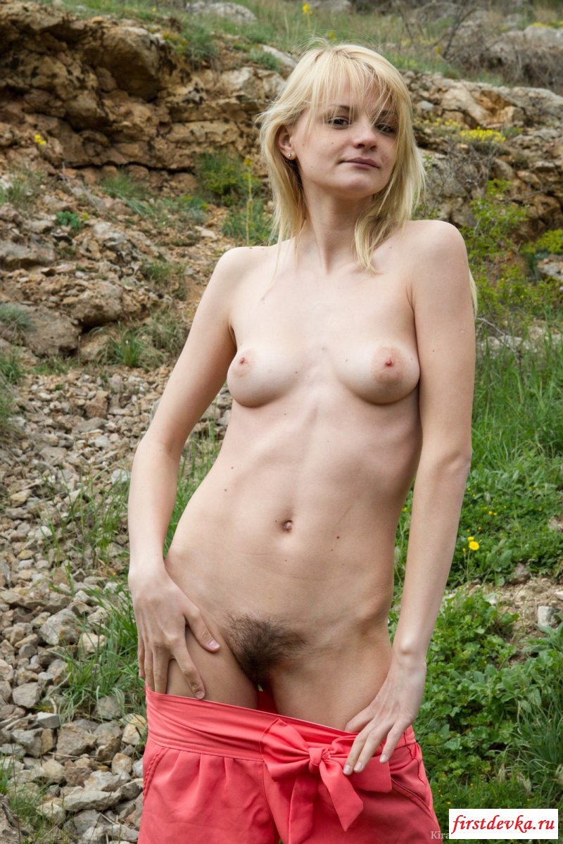 Блондинка разделась на природе - фото