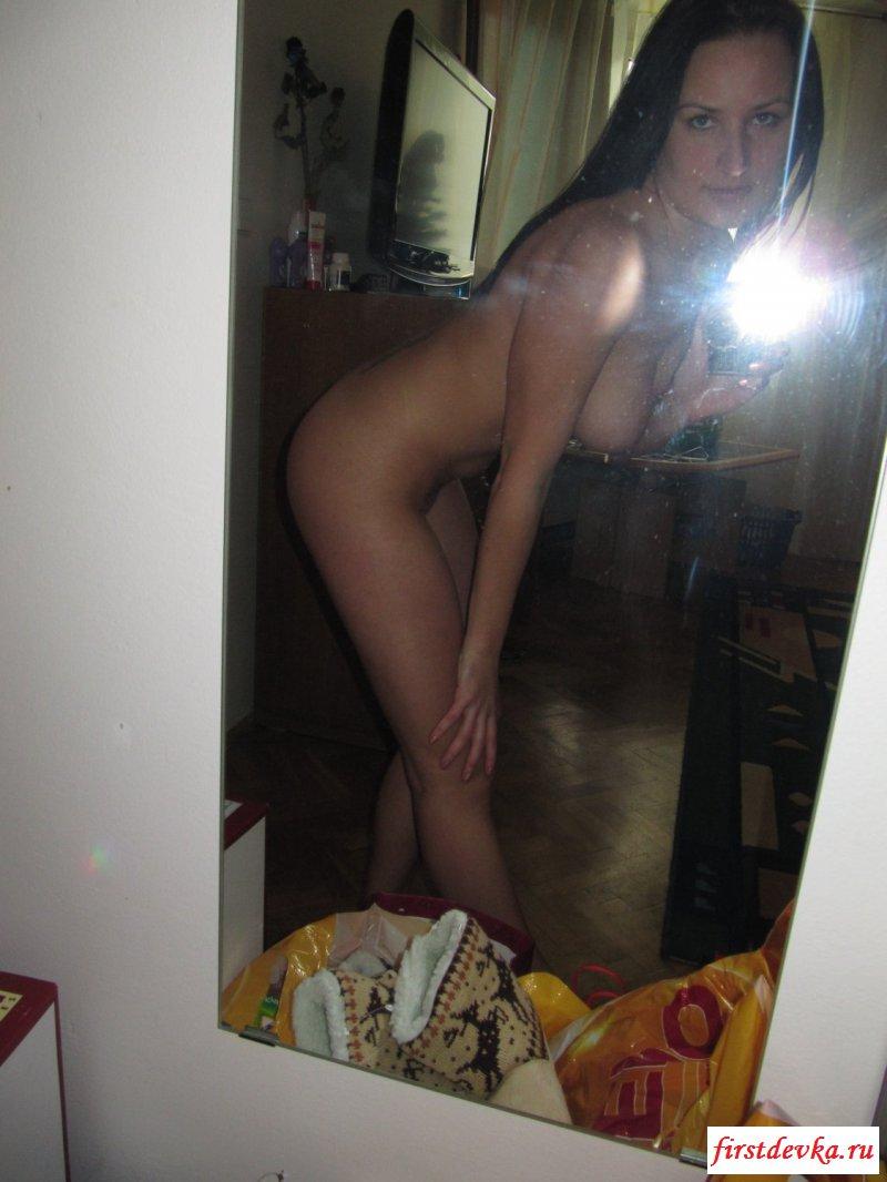 Русская темноволосая девка стягивает раздетую фигуру секс фото