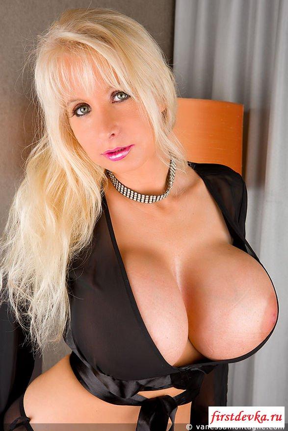 Возрастная блондиночка обнажила громадные сиськи