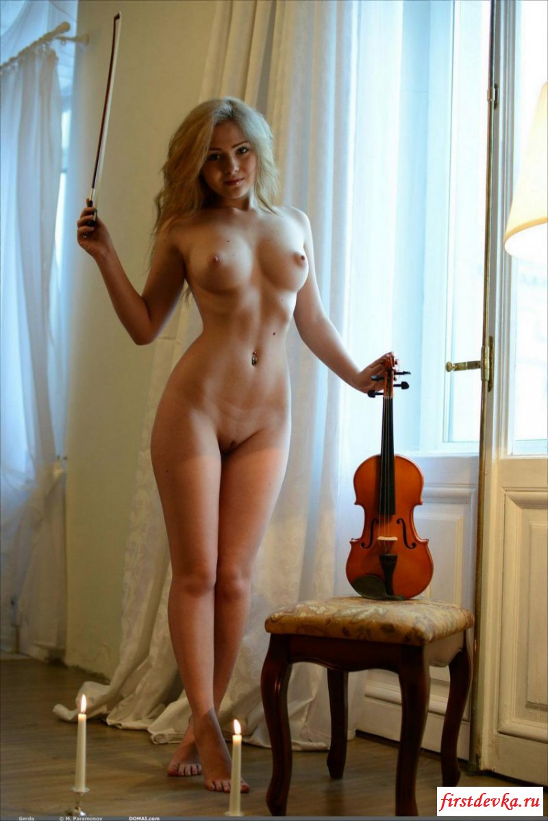Раздетая скрипачка показала сиськи