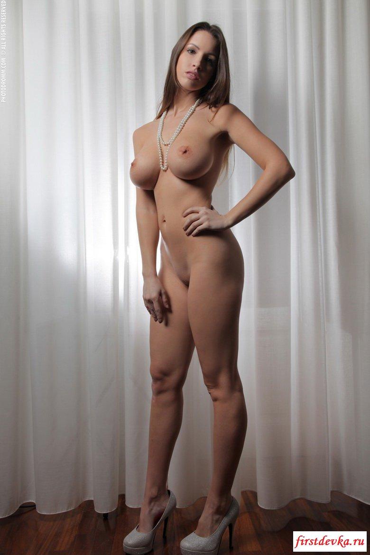 Грудастая девушка оголила прелестную фигуру