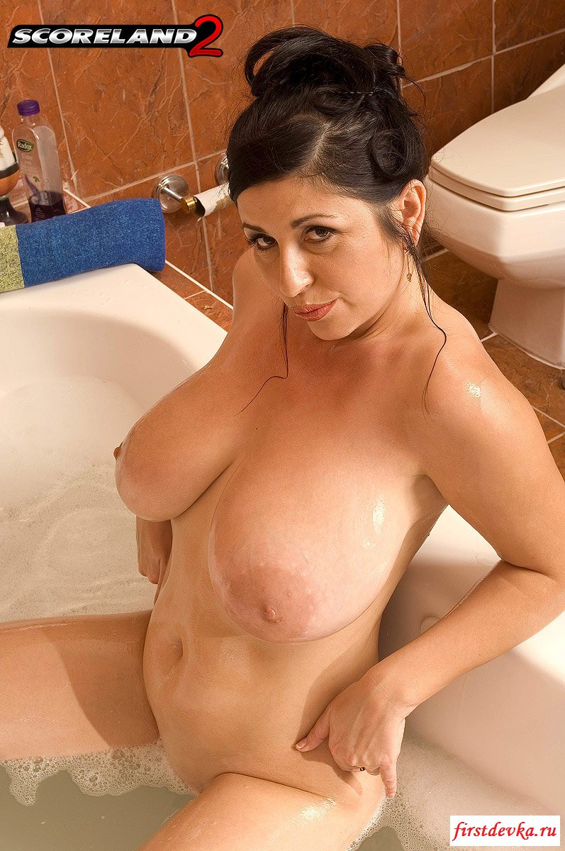 Обнаженная красавица позирует в ванной