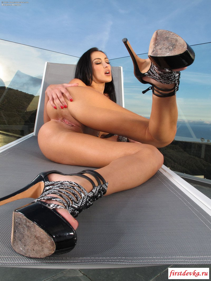 Ухоженная фрау сняла трусы на крыше секс фото