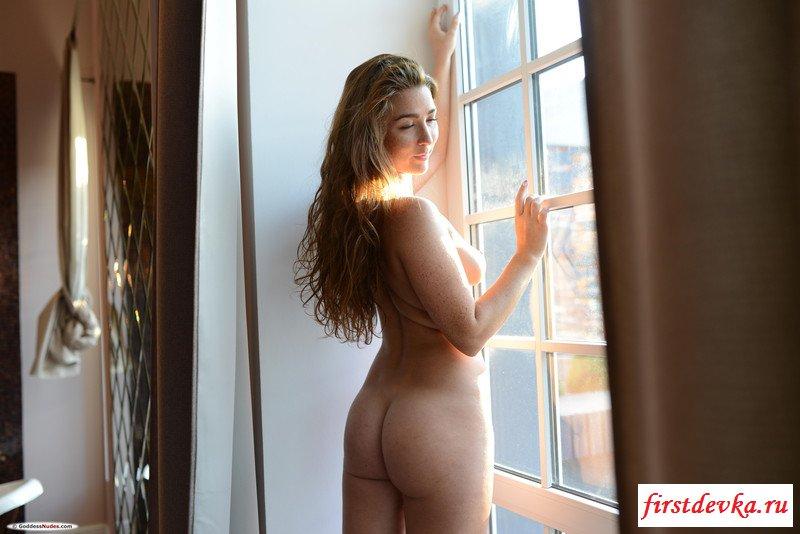 Богатая шалашовка сняла одежду под душем секс фото