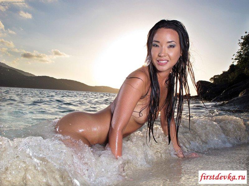 Похотливая китаянка эротично купается в море