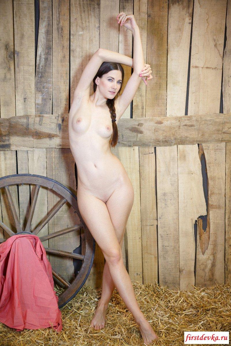Деревенская леди разделась на сене секс фото