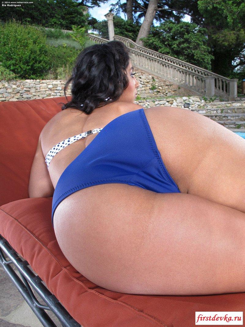 Сексуальная потаскуха скинула одежду у бассейна секс фото
