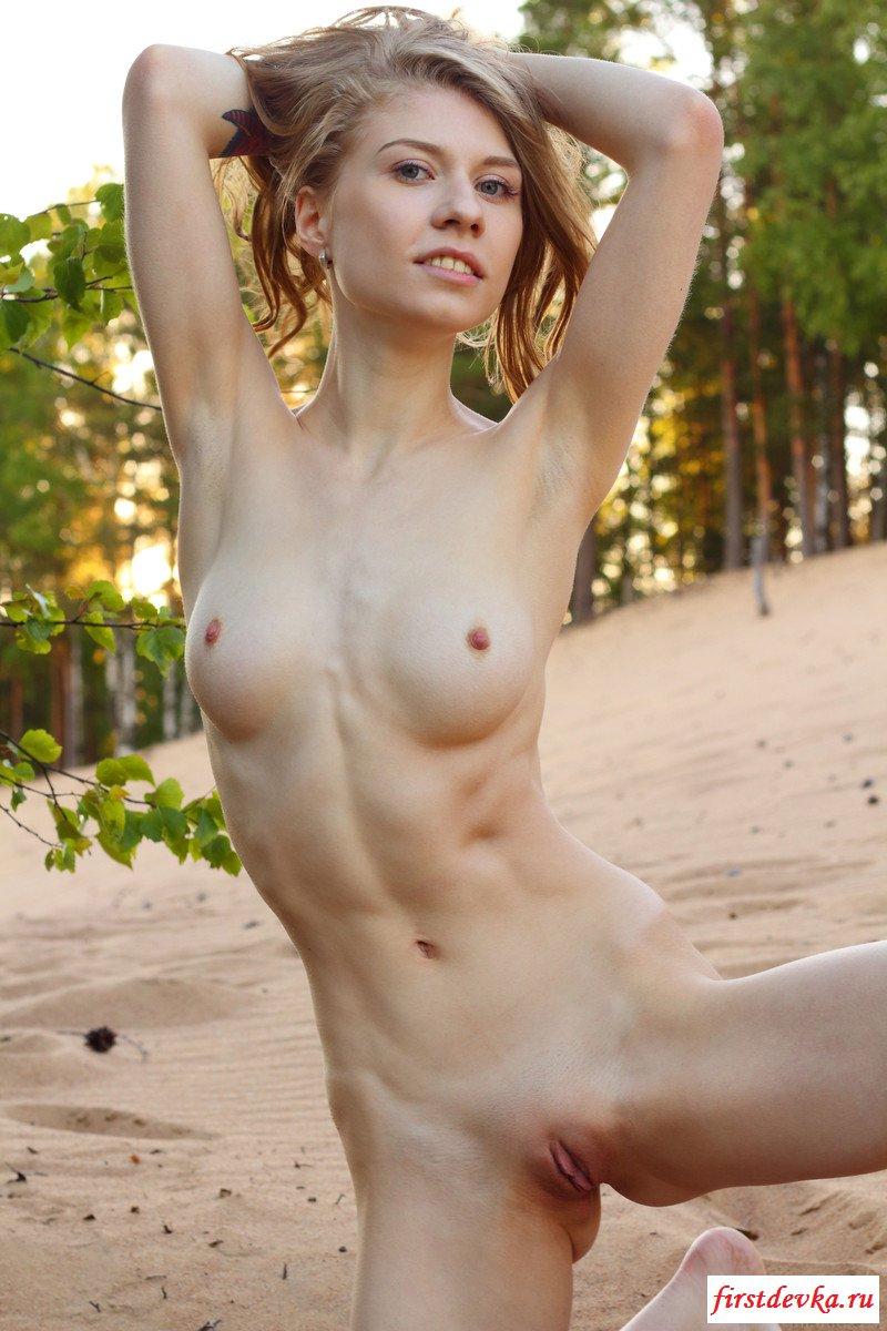 Сексуальная натуристка позирует на песке