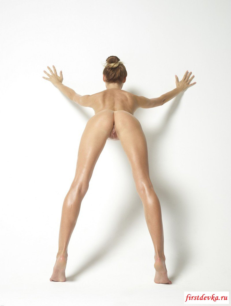 Спортивная сучка оголилась на фотосессии