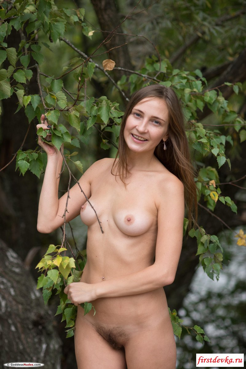 Чистенькая барышня сексуально обнажилась возле деревьев