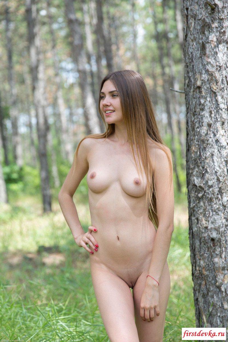 Прекрасная топ-модель разделась в лесу