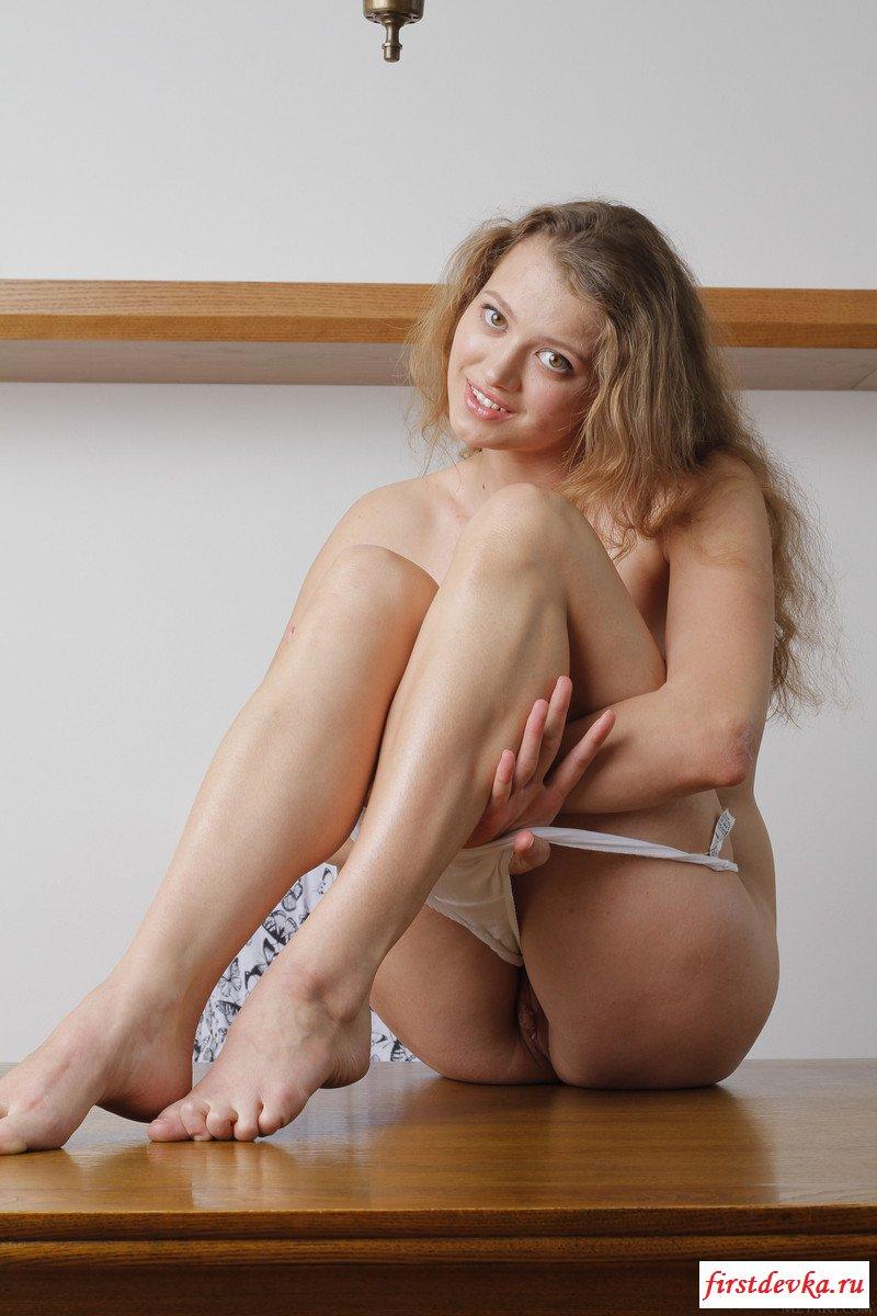 Толстопопая милашка соблазнительно сняла одежду