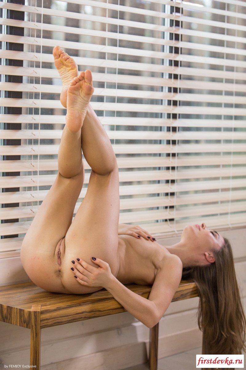 Обнаженная бабёнка оголилась на банкетке секс фото