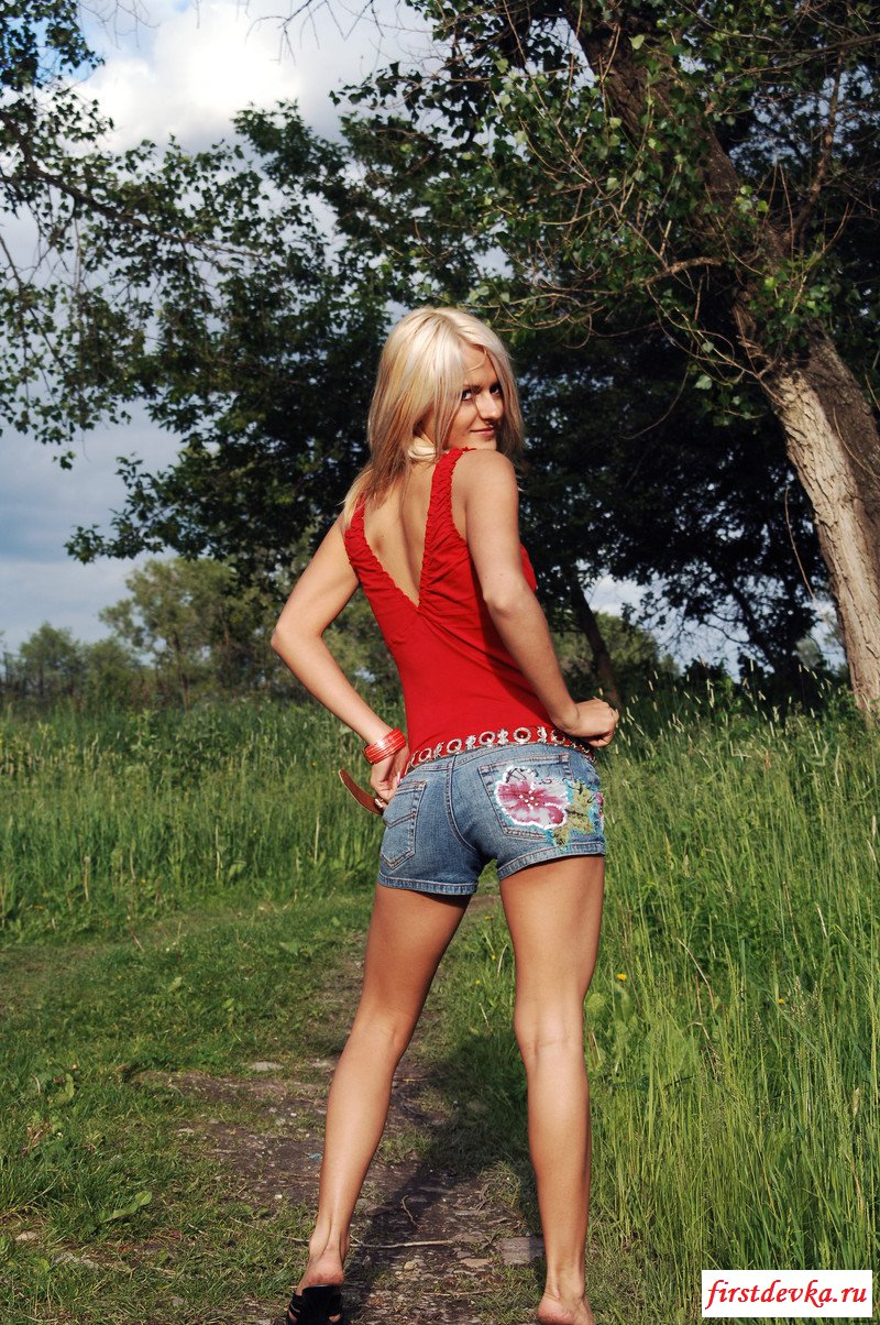 Эротичная блондинка сняла одежду на природе