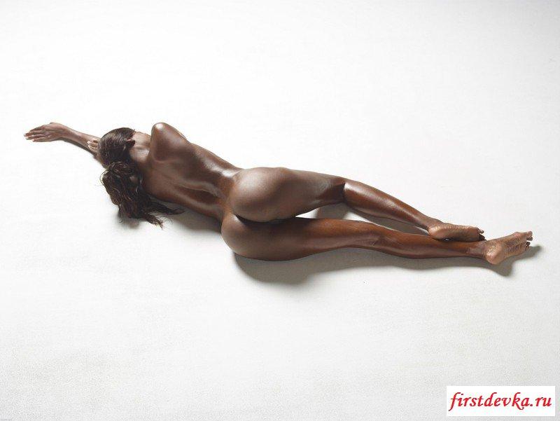Обнаженка от гибкой игривой африканки