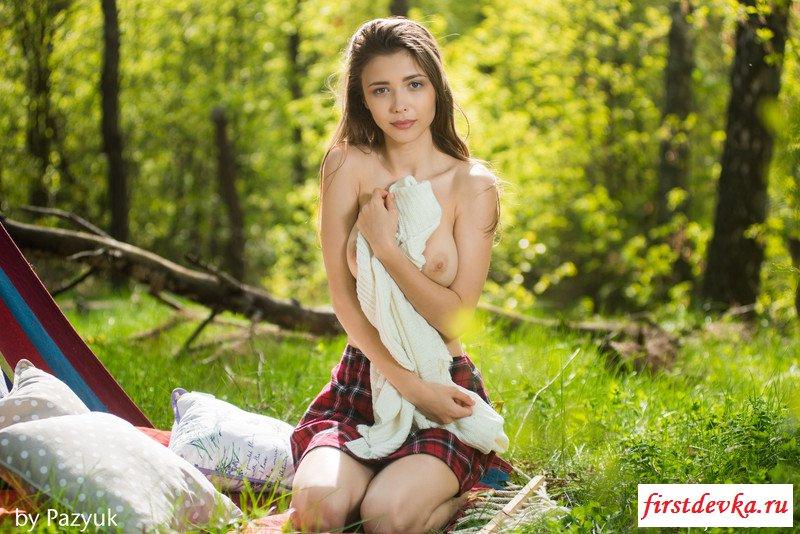 Милая тёлка обнажилась в лесу (фото)