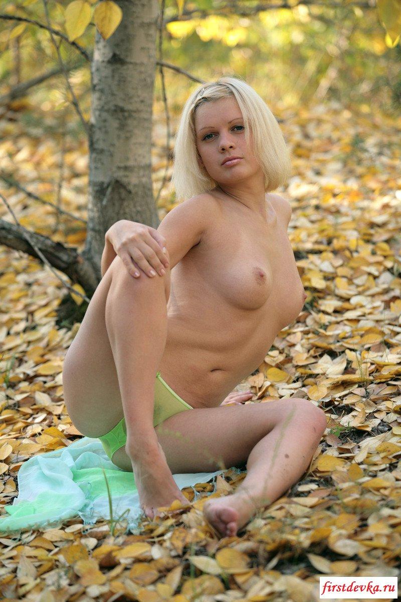 Похотливая блондиночка фоткается в осеннем лесу