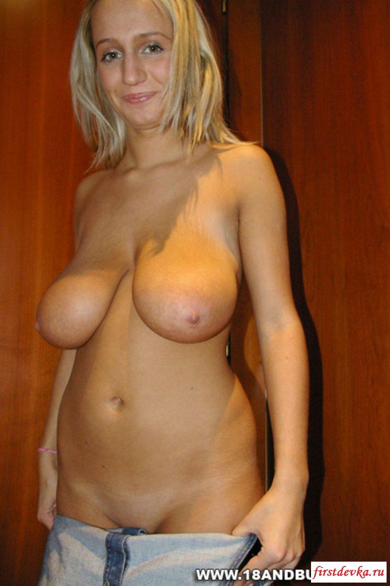 Блондинка разделась и показала сисюхи