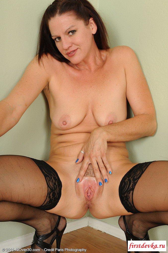 Сексапильная мама показала молочные железы