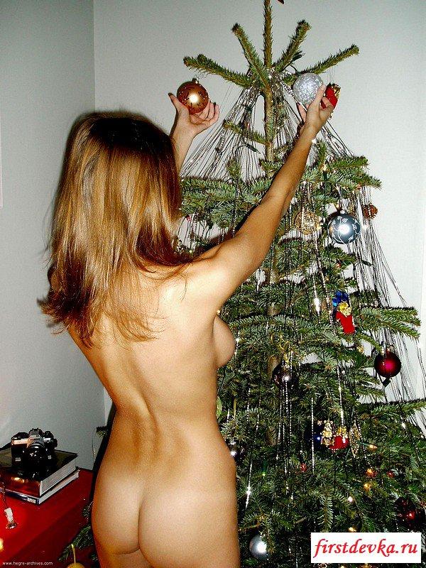 Эротика снегурки с милой попкой наряжает елку (20 фото эротики)