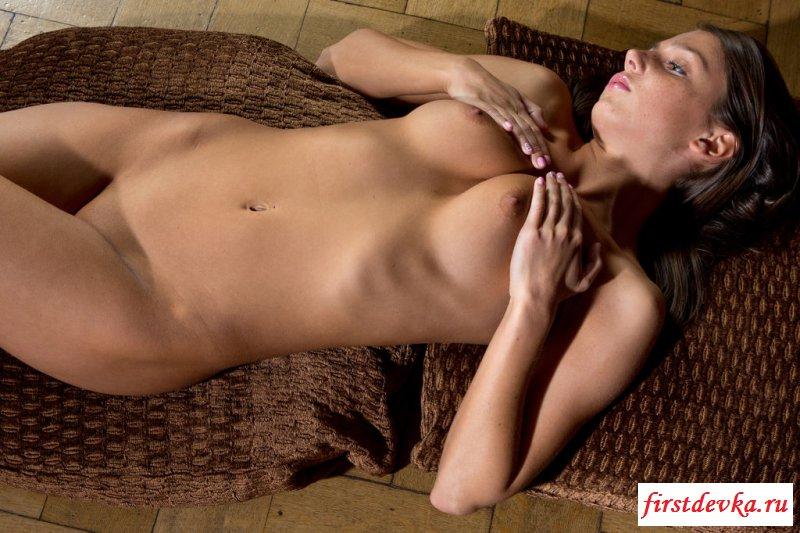 Роскошные позы голой бабы с роскошной вагиной (20 эротические фотографии)