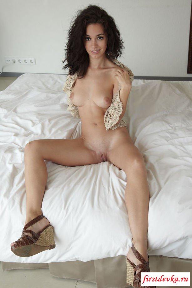 Милые голые девки с выдающимися титьками (32 эротические фотографии)