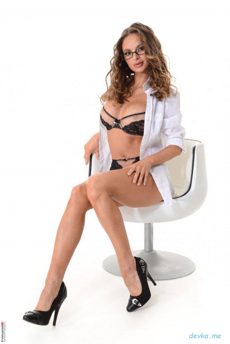 Очкастая секретарша обнажается на белом стуле