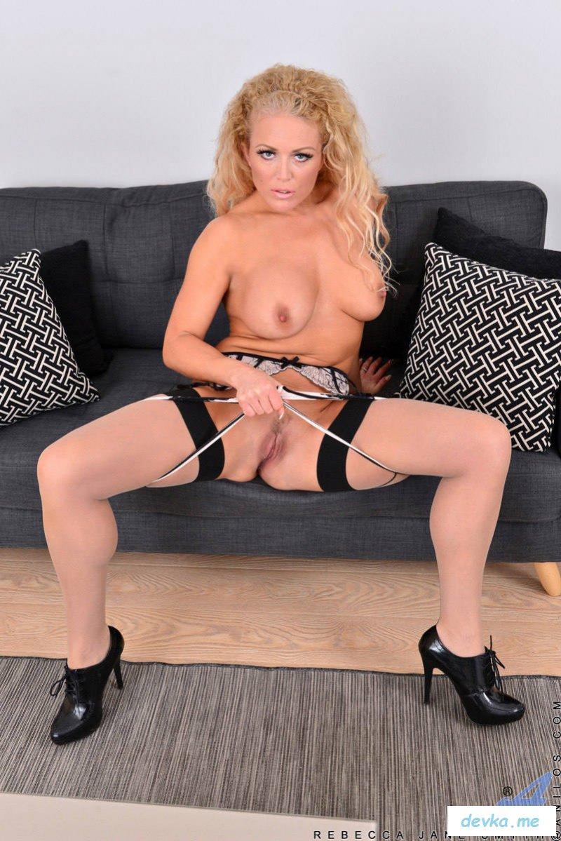 Страстная секретарша раздевается на диване