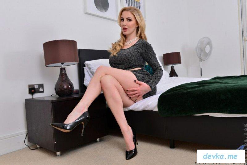 Фото голой тетки блондинки с раздвинутыми ногами на кровати
