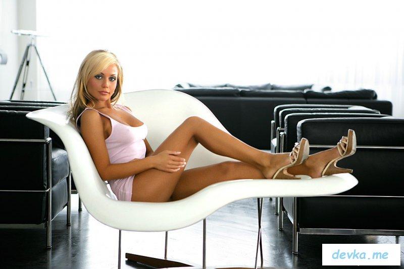 Блондинка Юргита Валтс снимает лифчик на кресле