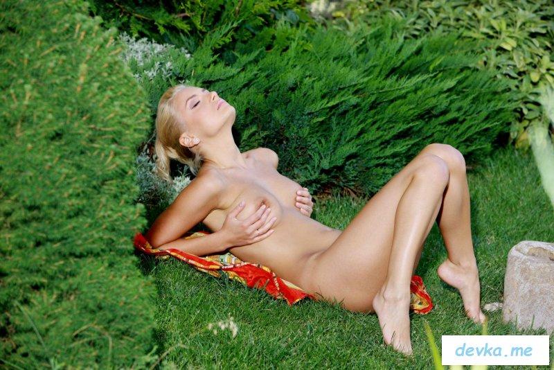 Стервозная блондинка оголилась в парке