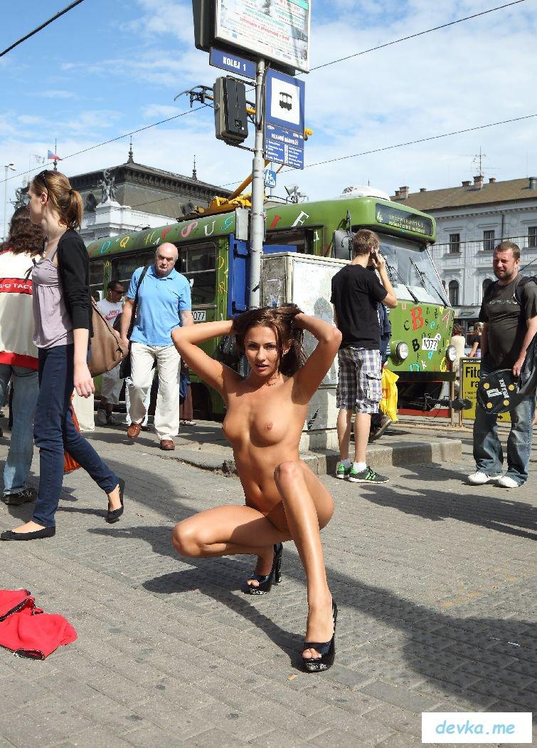 Голая дама на улице